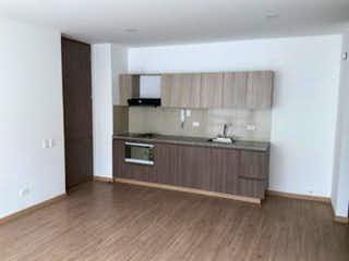 Una cocina con suelos de madera y armarios de madera en Apartamento en venta en Vía La Calera de una habitacion