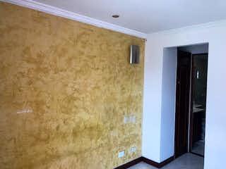 Un inodoro blanco sentado en un cuarto de baño junto a una pared amarilla en Apartamento en venta en San German de dos alcobas