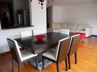 Una cocina con una mesa y una mesa en Apartamento En Venta En Bogota Chico Reservado
