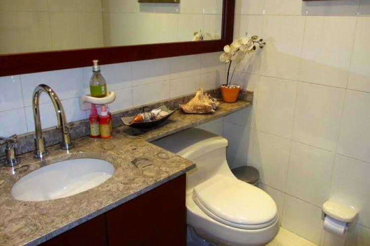 Foto 4 de Apartamento En Venta En Bogota La Carolina con Tres alcobas cada una con baño.