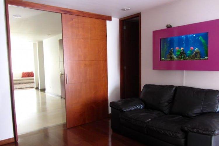 Foto 5 de Apartamento En Venta En Bogota La Carolina con Tres alcobas cada una con baño.
