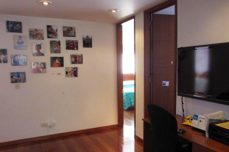 Foto 7 de Apartamento En Venta En Bogota La Carolina con Tres alcobas cada una con baño.