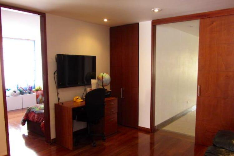 Foto 8 de Apartamento En Venta En Bogota La Carolina con Tres alcobas cada una con baño.