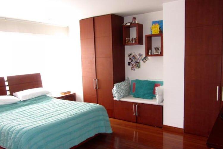 Foto 2 de Apartamento En Venta En Bogota La Carolina con Tres alcobas cada una con baño.