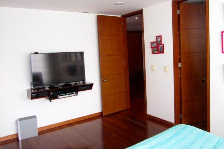 Foto 9 de Apartamento En Venta En Bogota La Carolina con Tres alcobas cada una con baño.