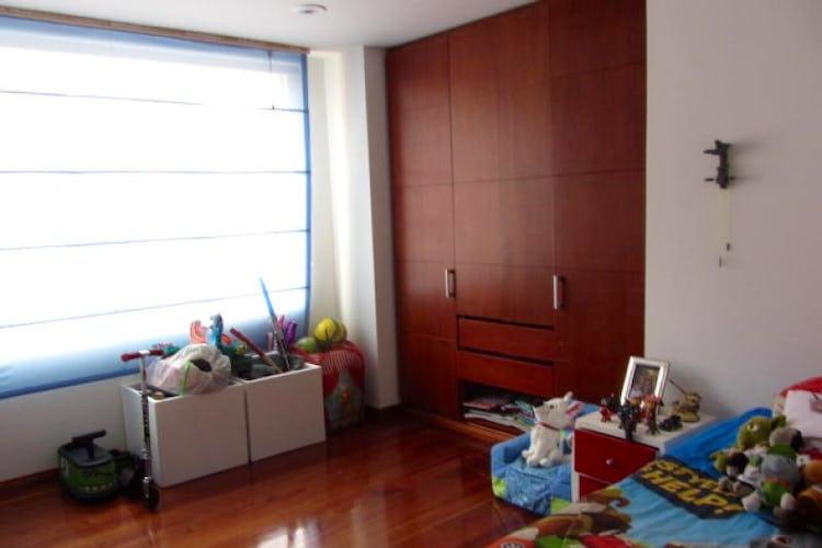Foto 12 de Apartamento En Venta En Bogota La Carolina con Tres alcobas cada una con baño.
