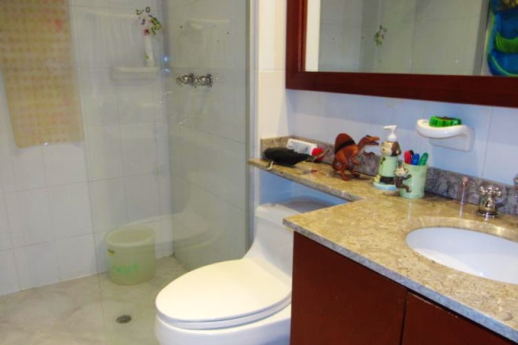 Foto 13 de Apartamento En Venta En Bogota La Carolina con Tres alcobas cada una con baño.