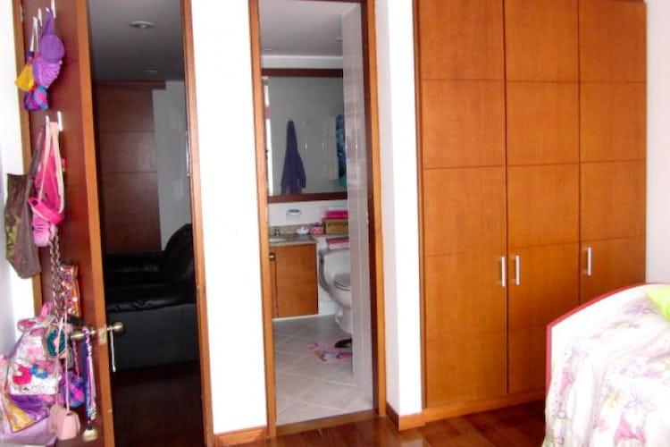 Foto 15 de Apartamento En Venta En Bogota La Carolina con Tres alcobas cada una con baño.