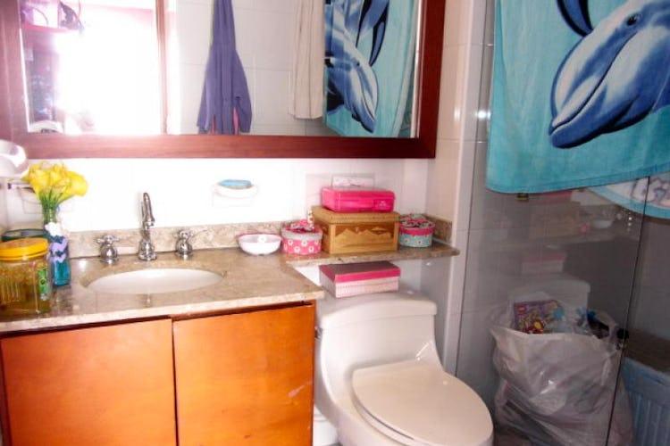 Foto 16 de Apartamento En Venta En Bogota La Carolina con Tres alcobas cada una con baño.