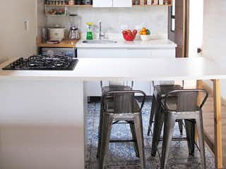 Una cocina con una mesa y sillas en ella en Casa en venta en Villas del Sol de tres habitaciones