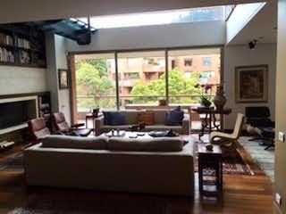 Una sala de estar llena de muebles y una gran ventana en Apartamento En Venta En Bogota Rosales