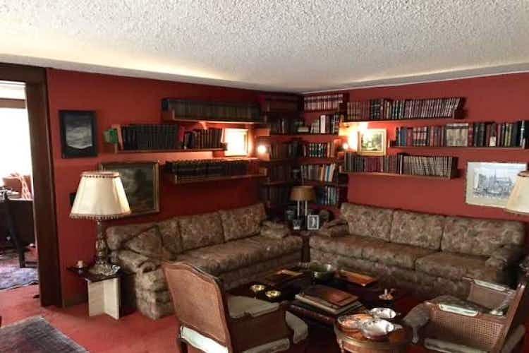 Portada Apartamento en venta En Bogotá- La Cabrera, tiene tres habitaciones sala con chimenea.
