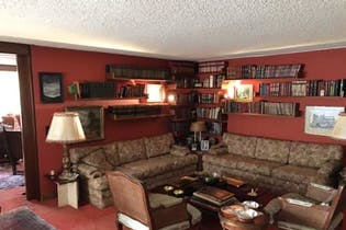 Apartamento en venta En Bogotá- La Cabrera, tiene tres habitaciones sala con chimenea.
