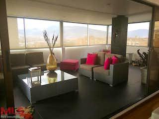 Una sala de estar llena de muebles y una ventana en Cañaveral