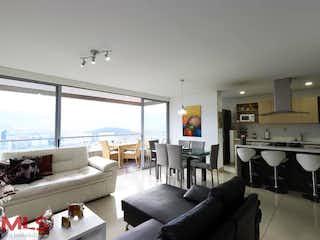 Una sala de estar llena de muebles y una gran ventana en Finito