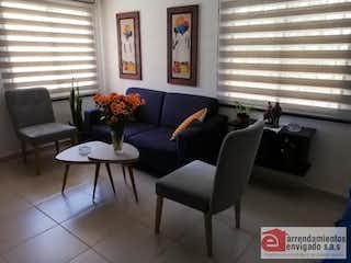 Una sala de estar llena de muebles y una gran ventana en Casa ParaVenta
