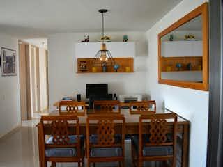 Una sala de estar llena de muebles y una televisión de pantalla plana en Apartamento en venta en Amazonía de tres alcobas