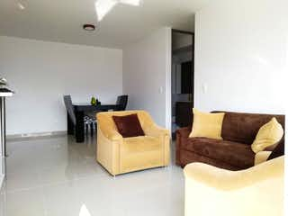 Una sala de estar llena de muebles y una televisión de pantalla plana en Apartamento en venta en Barrio Obrero de tres alcobas