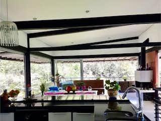 Una cocina con un fregadero y una estufa en Casa en venta en Tablacito de 5 habitaciones