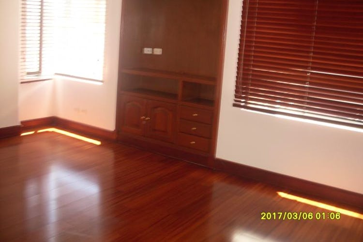 Foto 8 de Apartamento en Bogota Santa Barbara Occidental - dos garajes independientes y depósito