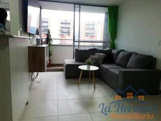 Una sala de estar llena de muebles y una ventana en CAPELLA