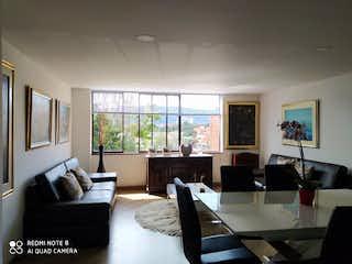 Una sala de estar llena de muebles y una gran ventana en Apartamento en venta en Prado Veraniego de 3 habitacion