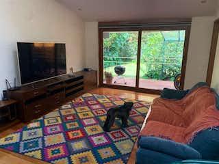 Un gato sentado en un sofá en una sala de estar en Casa en venta en Niza Norte de 600mts