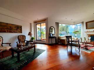 Una sala de estar llena de muebles y una mesa en Apartamento en venta en Casa Blanca Suba, 189mt con balcon