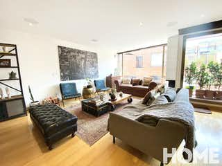 Una sala de estar llena de muebles y una televisión de pantalla plana en Apartamento en venta en Chicó Navarra de 184m2