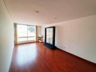 Una sala de estar llena de muebles y una televisión de pantalla plana en Apartamento en venta en Prado Veraniego, 84mt con terraza