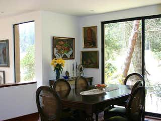 Una sala de estar llena de muebles y una televisión de pantalla plana en Casa en venta en  La Calera de 3 habitaciones