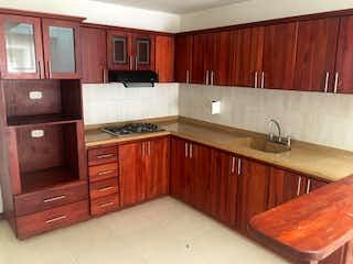 Una cocina con armarios de madera y encimeras de granito en Casa en venta en San Antonio de Pereira de  4 habitaciones