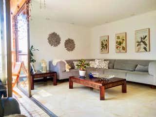 Una sala de estar llena de muebles y una mesa en Santiago del este
