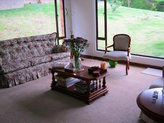 Una sala de estar llena de muebles y una ventana en Casa en Bogota San Jose De Bavaria - con tres alcobas, 230m2.