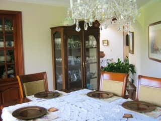 Un dormitorio con una cama y una lámpara de araña en Casa en San Jose De Bavaria, 4 habitaciones- 231m2.