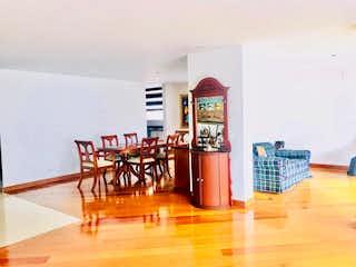 Una habitación llena de un montón de muebles de madera en Apartamento en venta en Barrio La Carolina de tres habitaciones