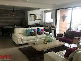 Una sala de estar llena de muebles y una ventana en Altos De Los Balsos