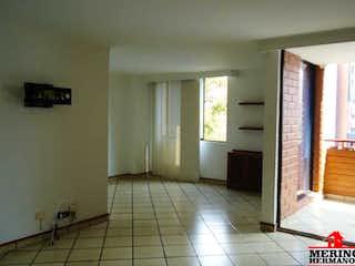 Una cocina con nevera y una ventana en PLAZA DE LA IGLESIA