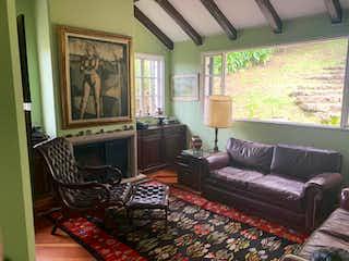 Una sala de estar llena de muebles y una chimenea en Casa en venta en Barrio Niza, de 600mtrs2