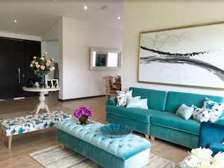 Una sala de estar llena de muebles y una gran ventana en Quintas del Molino
