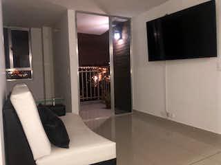 Una sala de estar con un sofá y un televisor en Apartamento en venta en Cabañitas de  3 habitaciones