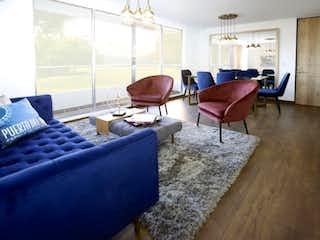 Una sala de estar llena de muebles y una ventana en Puerta del Sol