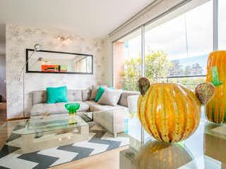 Una sala de estar llena de muebles y una ventana en Canarias