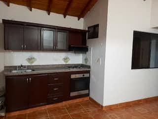 Una cocina con una estufa de fregadero y nevera en Apartamento en venta en La América, 117mt con balcon