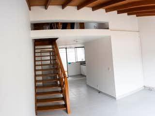Un cuarto de baño con un inodoro blanco y lavabo en Apartamento en venta en  La América, 72mt con balcon