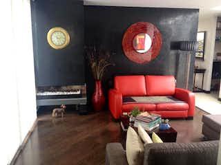 Una sala de estar llena de muebles y un reloj en Conjunto Residencial Prados De Huitaca