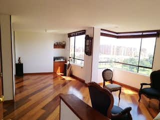 Una sala de estar llena de muebles y suelos de madera en Apartamento en venta en Prado Pinzón  de tres alcobas
