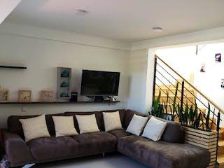 Una sala de estar llena de muebles y una gran ventana en Casa en venta en San Antonio de Pereira de 155mts, dos niveles