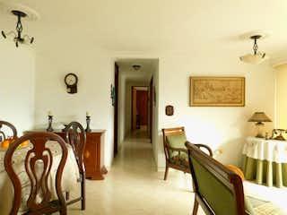 Una sala de estar llena de muebles y un reloj en Apartamento en venta en Loma de los Bernal, 93mt con balcon
