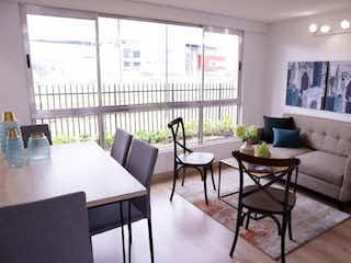 Una sala de estar llena de muebles y una gran ventana en Acacia